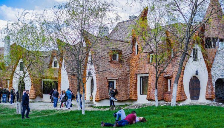 """Destinație de basm, lângă Sibiu. """"Castelul de Lut Valea Zânelor"""""""